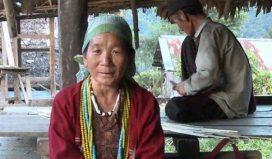 Η Αμπάμου Ντέτζιο τραγουδά στα κόρο -μια γλώσσα που ανακαλύφθηκε πρόσφατα στα βουνά της βορειοανατολικής Ινδίας και χρησιμοποιείται από 4.000 άτομα