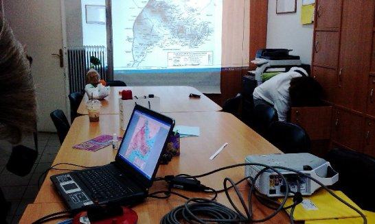 2. Κρέμασμα του πανιού στα ντουλάπια του γραφείου των εκπαιδευτικών.και...Προβολή του χάρτη στο μέγεθος που θέλουμε.