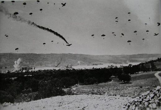 Γερμανοί αλεξιπτωτιστές και αεροπλάνα πάνω από την Κρήτη, Μάιος 1941.
