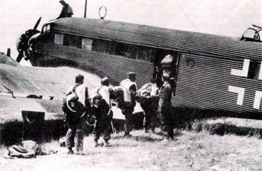 Οι Γερμανοί αλεξιπτωτιστές ετοιμάζονται για την επίθεση στην Κρήτη.