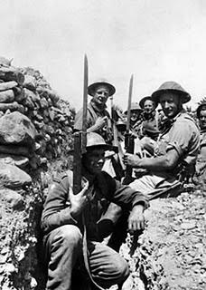 Βρετανοί στρατιώτες σε ορύγματα στη Μάχη της Κρήτης
